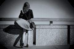 mujer-joven-en-el-puente-con-soplar-de-la-falda-38973893