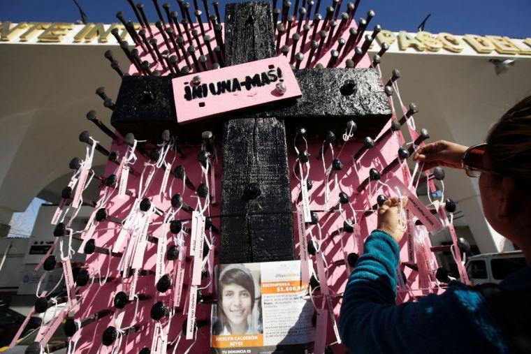 mujeres-exigen-en-muro-fronterizo-de-ciudad-juarez-justicia-para-victimas-de-feminicidio-reuters-4